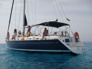 Un grupo de amigos posa en la cubierta de alquiler velero Ibiza.