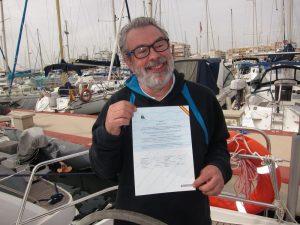 Alquiler barco con patrón alumno mostrando su Licencia de Navegación