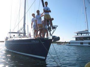 Familia disfrutando de su alquiler barco en Ibiza. El barco está amarrado a una boya en Espalmador