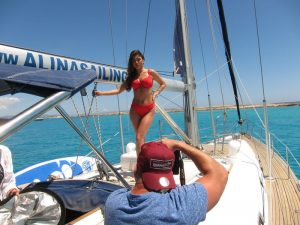 Alquiler barco Formentera modelos: un fotógrafo toma una fotografía de una modelo en la cubierta de nuestro velero