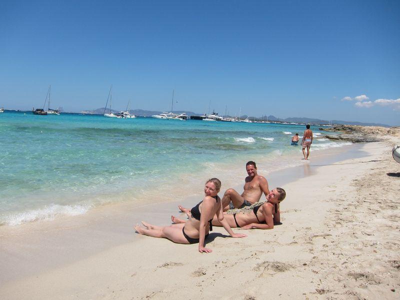 Amigos disfrutando de su alquiler barco Formentera. Destacan las tonalidades verde turquesa de sus aguas coralinas