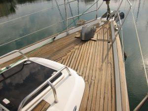 Alquiler barco Ibiza 2018: estado de la teca tras aplicar el abrillantador y el sellante