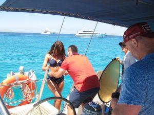Alquiler barco Ibiza sesión fotos: un equipo de profesionales ultima los preparativos para iniciar una sesión fotográfica: Maquillaje, iluminación, vestuario y fotografía se unen para conseguir el mejor resultado