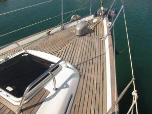 Alquiler barcos en Ibiza 2018: estado de la teca antes de aplicar el abrillantador y el sellante