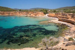 El alquiler de barcos en Formentera y las excursiones en barco Ibiza nos permiten acceder a bellos lugares sólo accesibles desde el mar. En la imagen podemos contemplar las cristalinas aguas de Sa Caleta, Ibiza