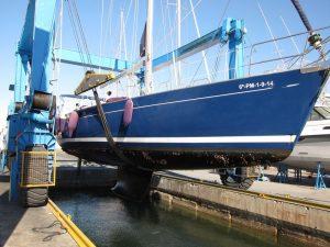 Alquiler de barcos en Ibiza 2018: el velero Alina es izado en el travelling del varadero