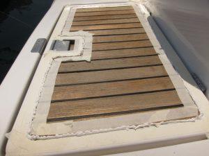 Alquiler de barcos en Ibiza temporada 2018: aplicación de sykaflex a todas las juntas de la cubierta