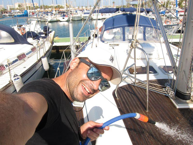 En la imagen podemos ver a Ignacio, nuestro patrón de alquiler de velero Ibiza 2018
