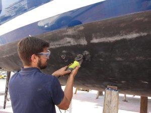 Alquiler de veleros en Ibiza varada, cambio de pasa cascos y grifos de fondo