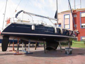 Alquiler velero con patrón varada, velero Alina apuntalado en varadero