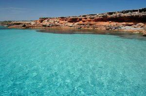 Con nuestro alquiler velero Formentera accederemos a lugares de belleza inigualable como la pared norte de Cala Saona, Formentera
