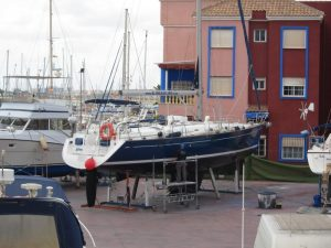 Alquiler veleros Ibiza, varada, velero Alina apuntalado en varadero