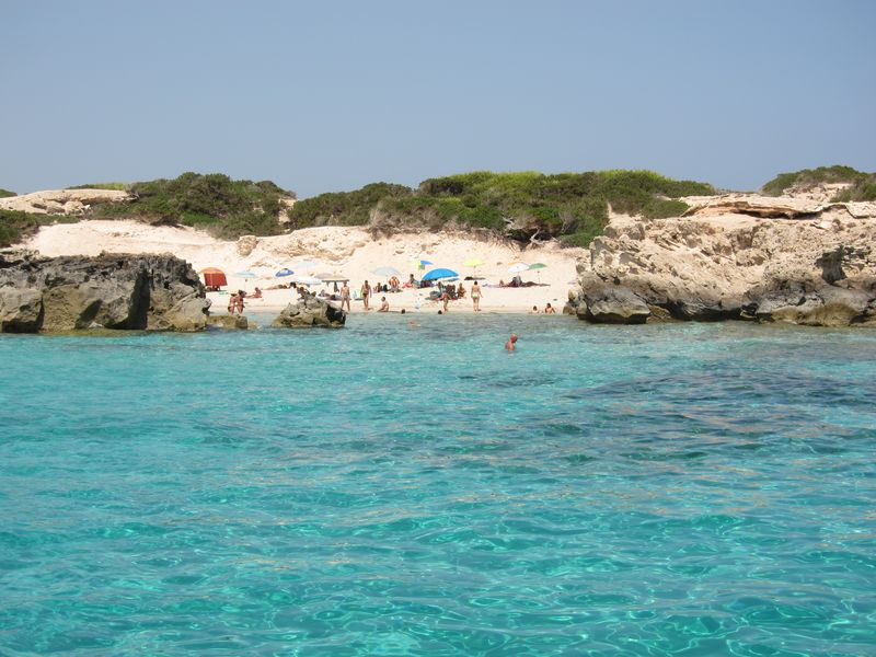 Aguas cristalinas para disfrutar desde tu charter en Ibiza. Cala Pluma, uno de los más bello lugares de Ibiza