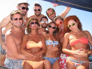 Grupo de amigas celebrando su despedida de soltera velero Ibiza