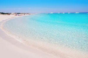 La excursión en Formentera en barco es una de las actividades más demandadas por toda turista que se acerque a las Islas. En la imagen podemos contemplar las playas de Illetes, Formentera