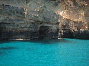 En nuestras excursiones en barco Ibiza conocerás cueva increíble. En la imagen se puede apreciar la cueva de Cala Saona, de insuperable belleza