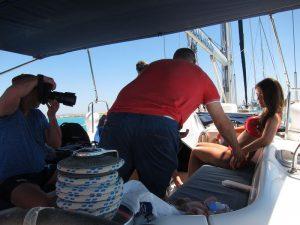 En nuestra sesión fotográfica de excursiones en barco Ibiza modelos, el equipo de fotografía disfrutó de una magnífica jornada de trabajo. En la imagen observamos a un fotógrafo tomando una foto de una modelo