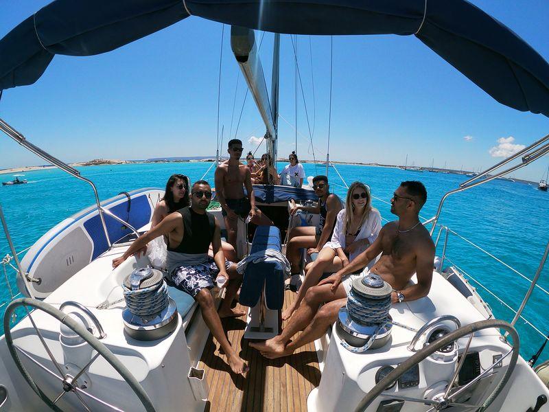 Excursiones en barco La Manga con tus amigos a bordo de nuestro lujoso velero Beneteau Oceanis 50 de casco azul