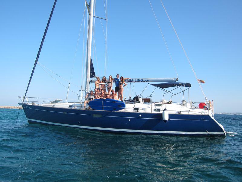 Organiza tus excursiones en barco La Manga Calpe en velero a bordo de nuestro lujoso Beneteau Oceanis 50 de casco azul