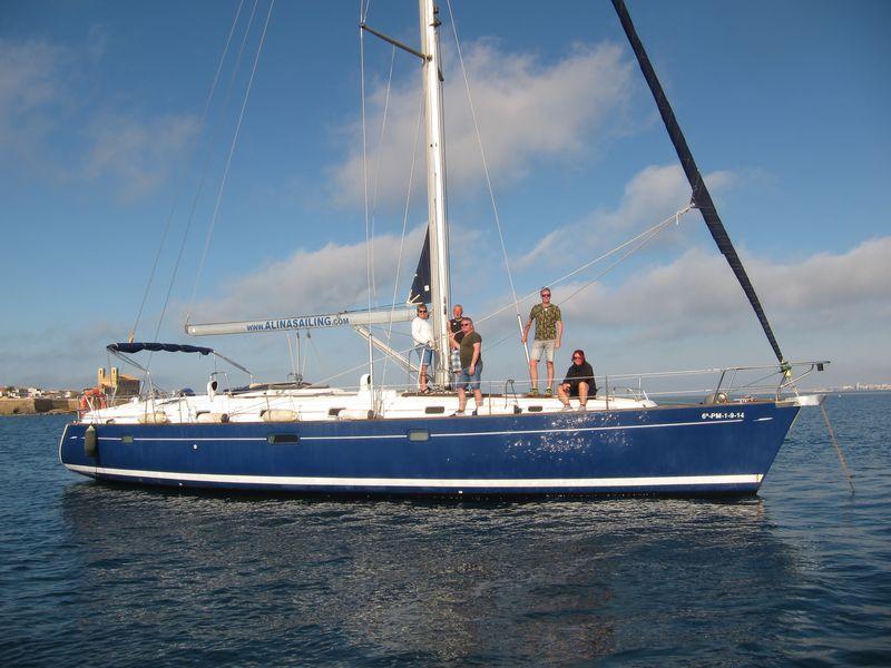Organiza tus excursiones en barco La Manga a Cartagena a bordo de nuestro lujoso velero Beneteau Oceanis 50 de casco azul