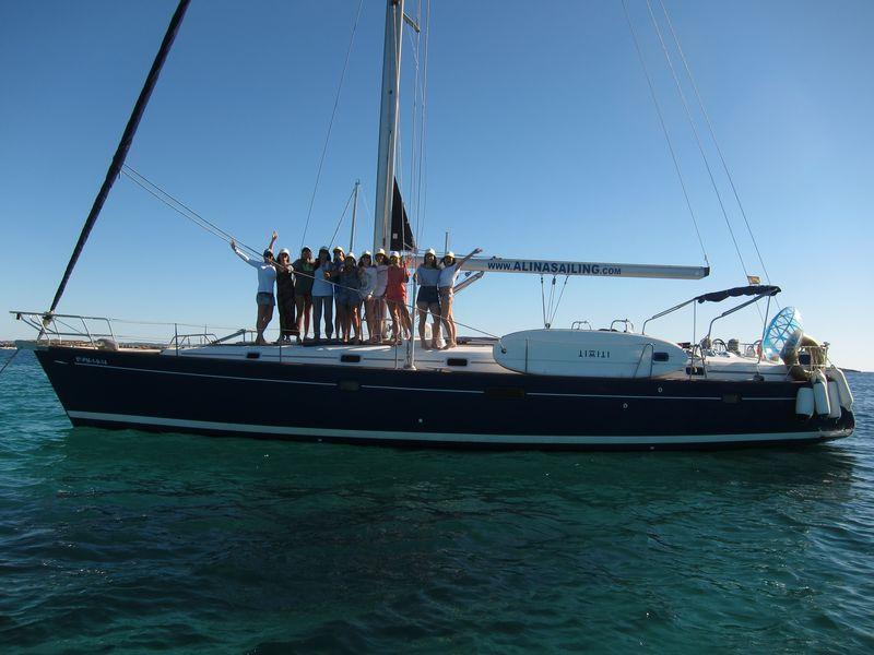 Excursiones en barco en La Manga experiencias inolvidables con tus amigos a bordo de nuestro lujoso velero Beneteau Oceanis 50 de casco azul