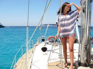 Bella modelo posa en cubierta de Ibiza boat hire models