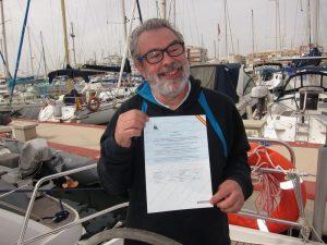 Licencia de navegación o titulín es uno de los títulos náuticos más demandados en España desde la reforma legislativa que modificó el panorama de la náutica de recreo en España en el año 2014. En la imagen observamos a un alumno mostrando su título tras finalizar las prácticas.
