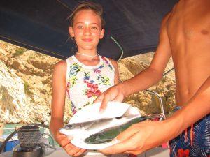 Ici on peut voir Martina et poisson, location de bateau à Ibiza