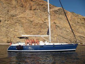 Disfruta de un paseo en barco La Manga Calpe en nuestro fantástico velero Beneteau Oceanis 50 de casco azul y capacidad para ocho personas
