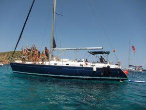Disfruta de tu paseo en barco La Manga a Cartagena en nuestro fantástico velero de casco azul