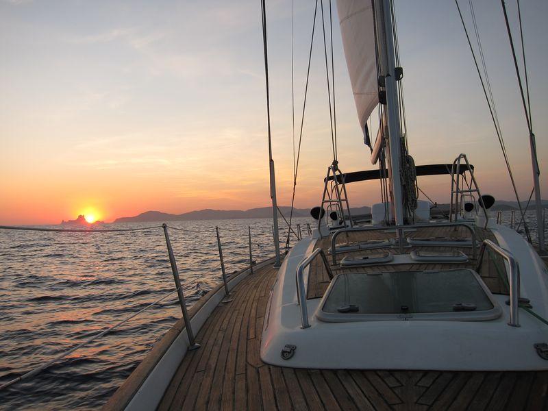 Maravillosas vistas de puesta de Sol velero Ibiza