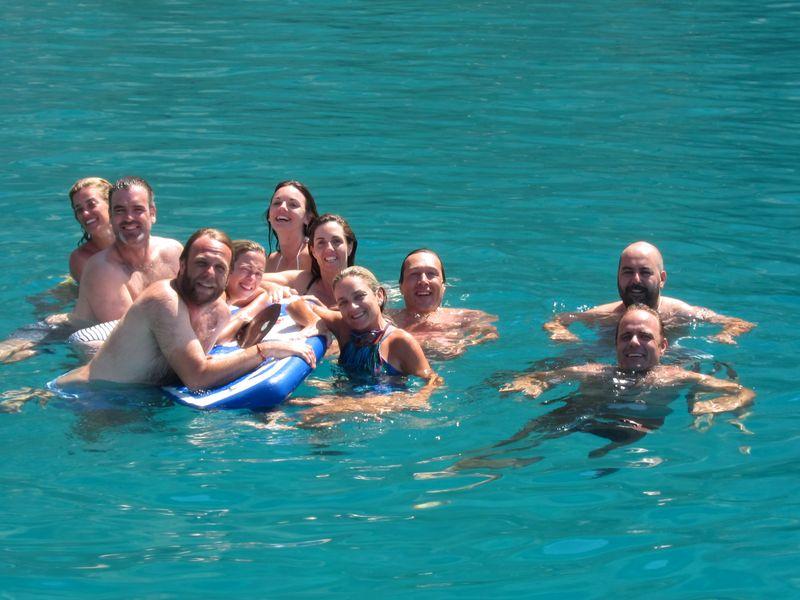 Grupo sevillanos alquiler barcos con patrón en Ibiza