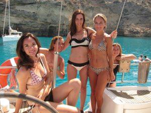 Grupo sevillanos alquiler de barco con patrón Ibiza