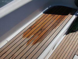 Se advierte la diferencia entre la teca alquiler barcos Ibiza tratada con un sellante y la que todavía no ha sido tratada