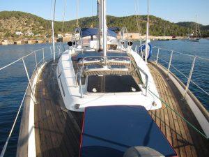 Yacht charter Ibiza 2018. Nuestro velero dispone de un amplio solarium para que nuestros clientes disfruten tomando el Sol. Este año hemos adquirido tres colchonetas tapizadas en un polipiel muy elegante que hace juego con el color azul del casco