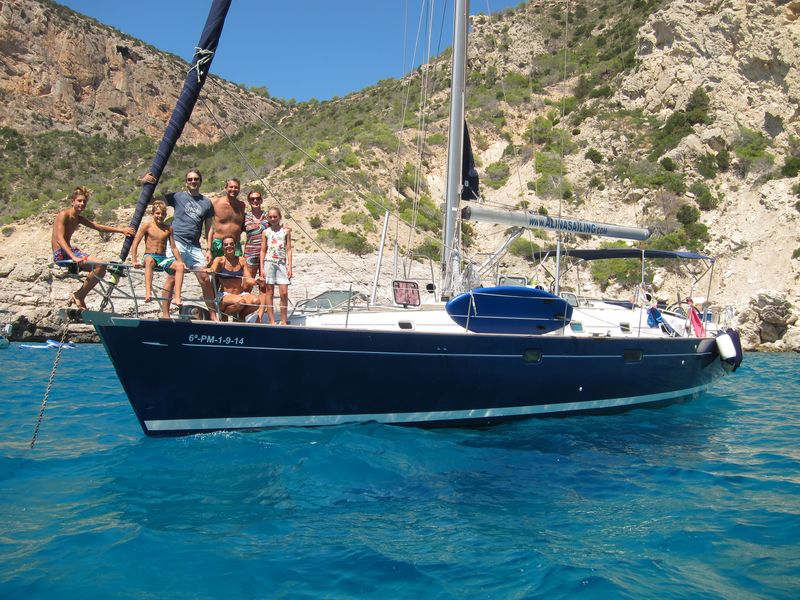 Familia italiana disfrutando de su yacht charter Ibiza