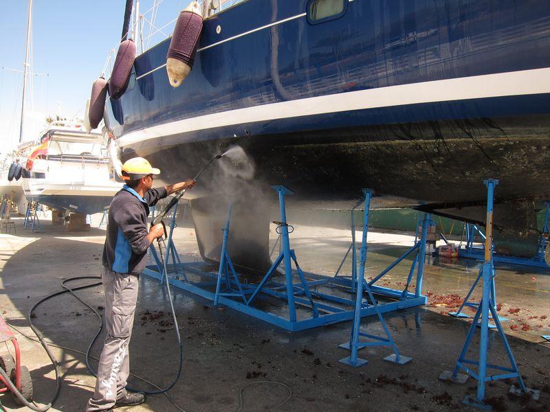 Comienza la temporada de alquiler barco Ibiza temporada 2018. En la imagen podemos apreciar las labores realizadas con la kärcher para desprender de la obra viva toda la vida marina incrustada que se ha ido acumulando