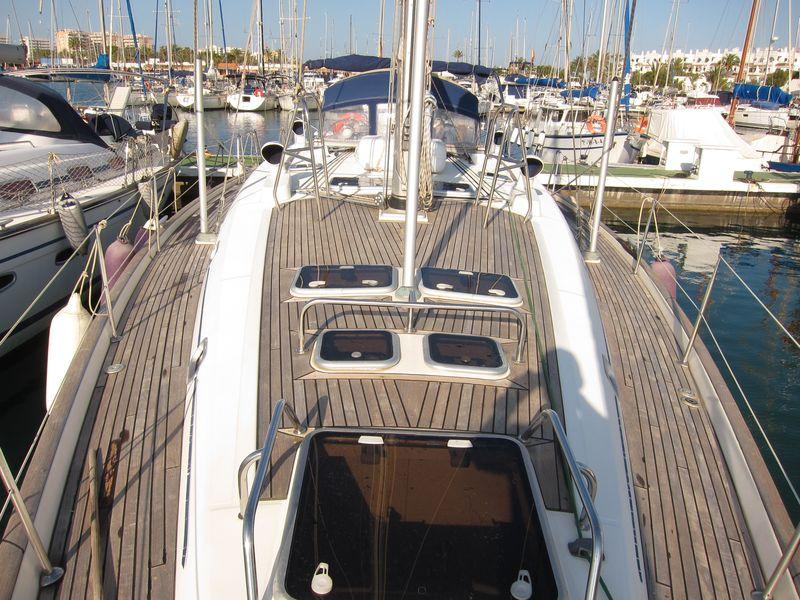 Alquiler velero en Ibiza: estado en el que se encontraba la teca antes de aplicar el abrillantador y el sellante