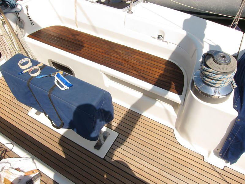 Alquiler veleros Ibiza 2018: Hemos sometido a tratamiento a toda la teca de la cubierta de nuestro velero consiguiendo rejuvenecerla hasta dejarla prácticamente nueva