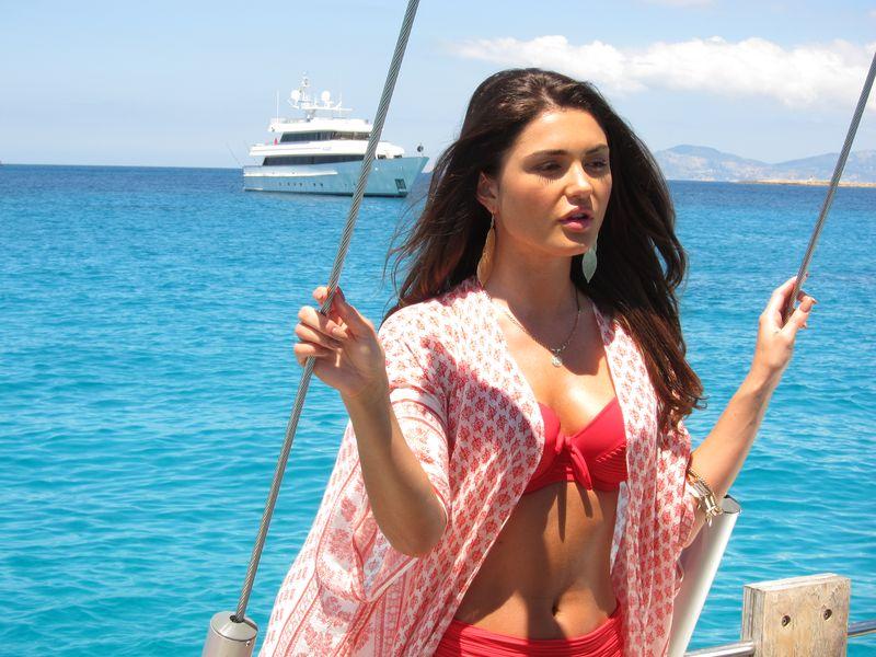 Sesión fotográfica en nuestro boat rental Ibiza models. En la imagen una bella modelo posa en nuestro lujoso velero